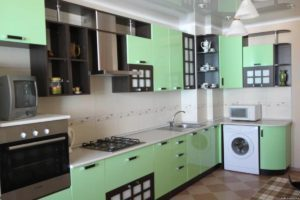 кухня с зеленым гарнитуром