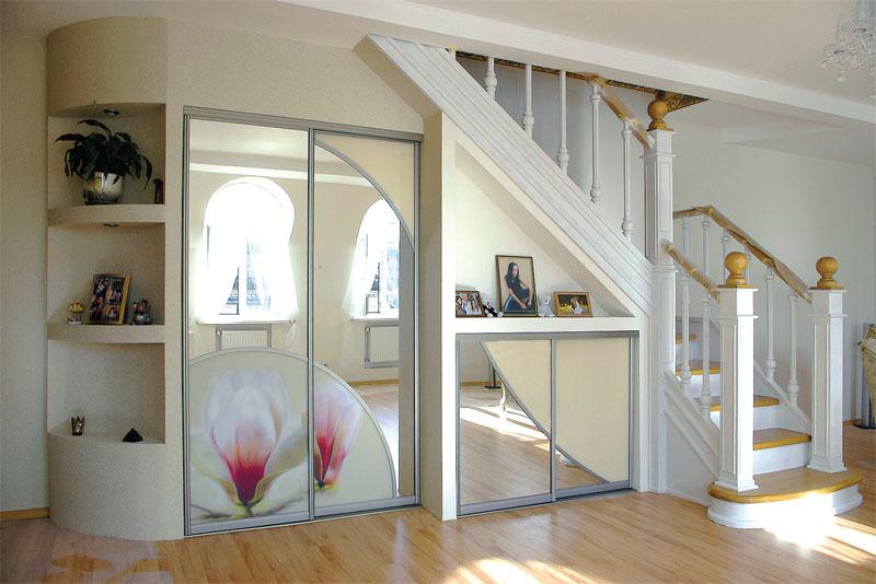 Шкаф под лестницей со стеклянными раздвижными дверями