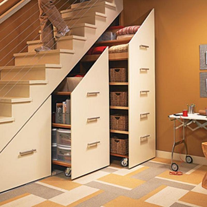 Шкаф под лестницей выполненный из массива дерева