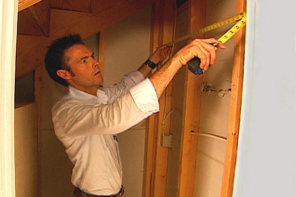 Аккуратно выполняйте замеры при строительстве шкафа под лестницей