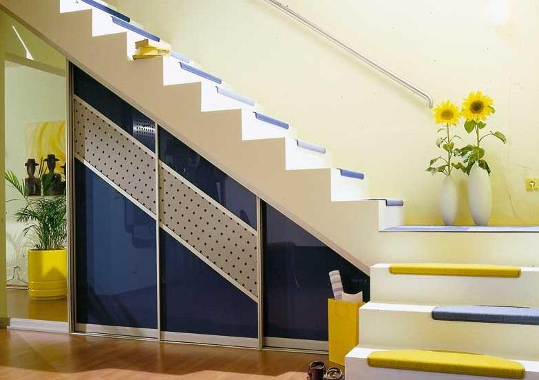 Красивый шкаф под лестницей для разных вещей