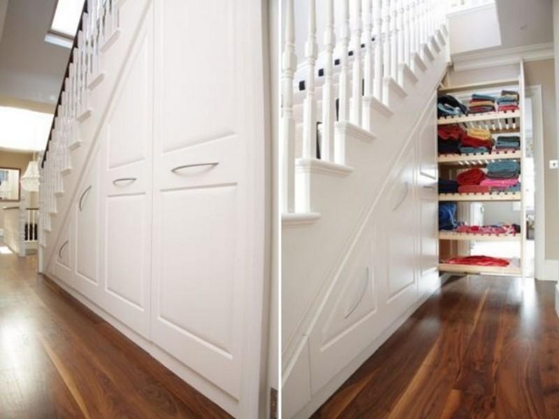 Фото красивого, функционального шкафа, размещенного под лестницей