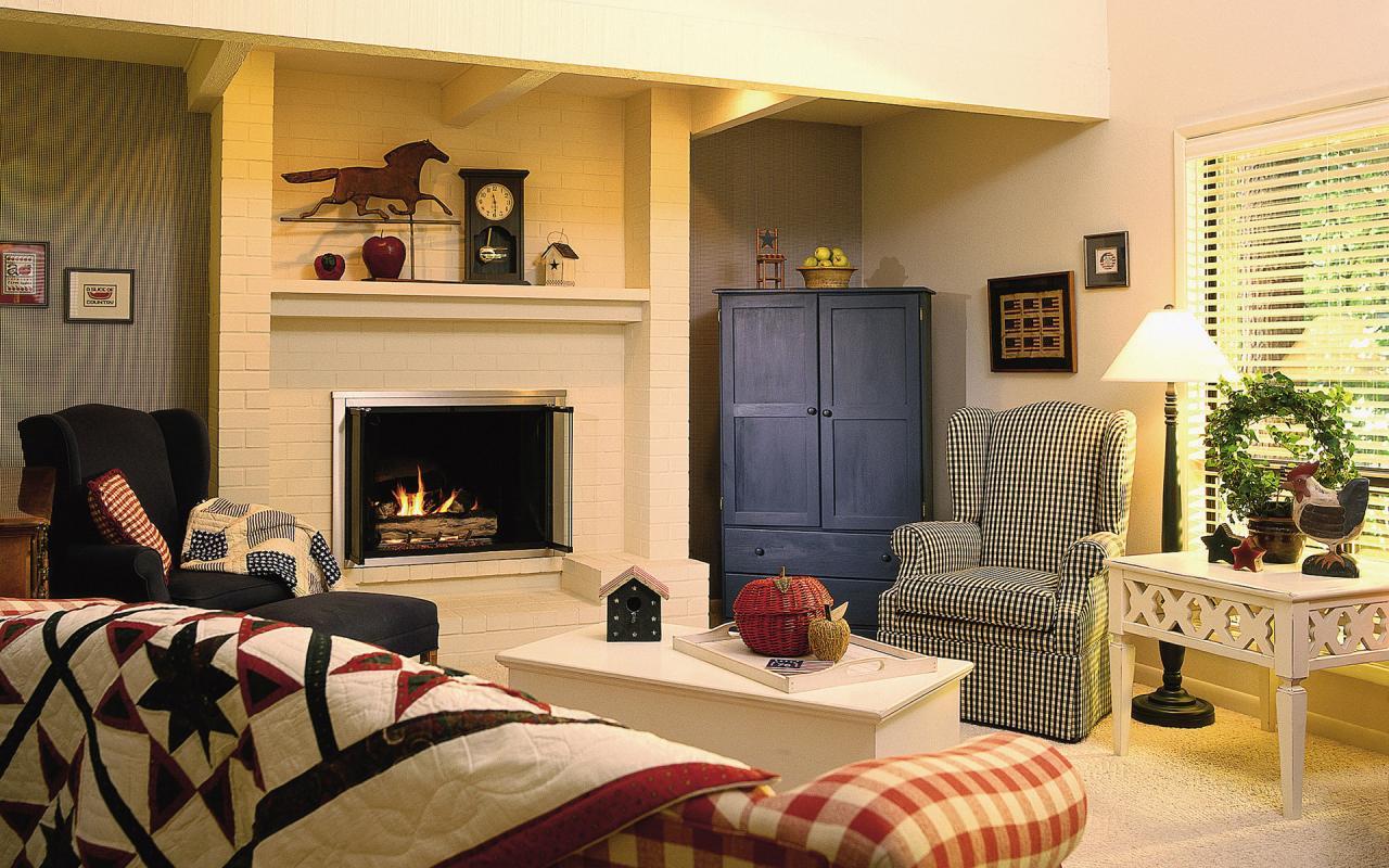 Интерьер гостиной с камином