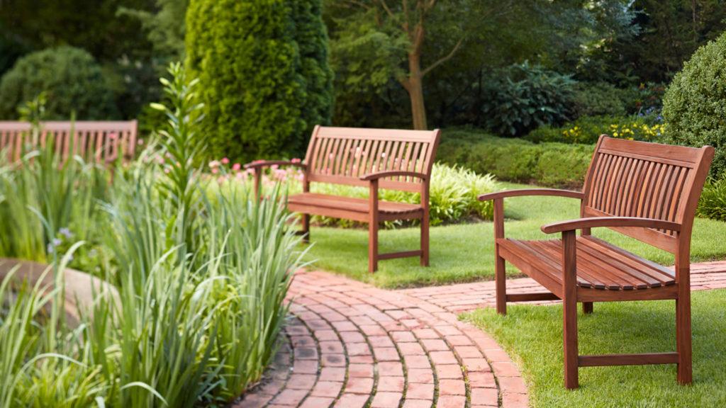 Скамейки для отдыха в саду
