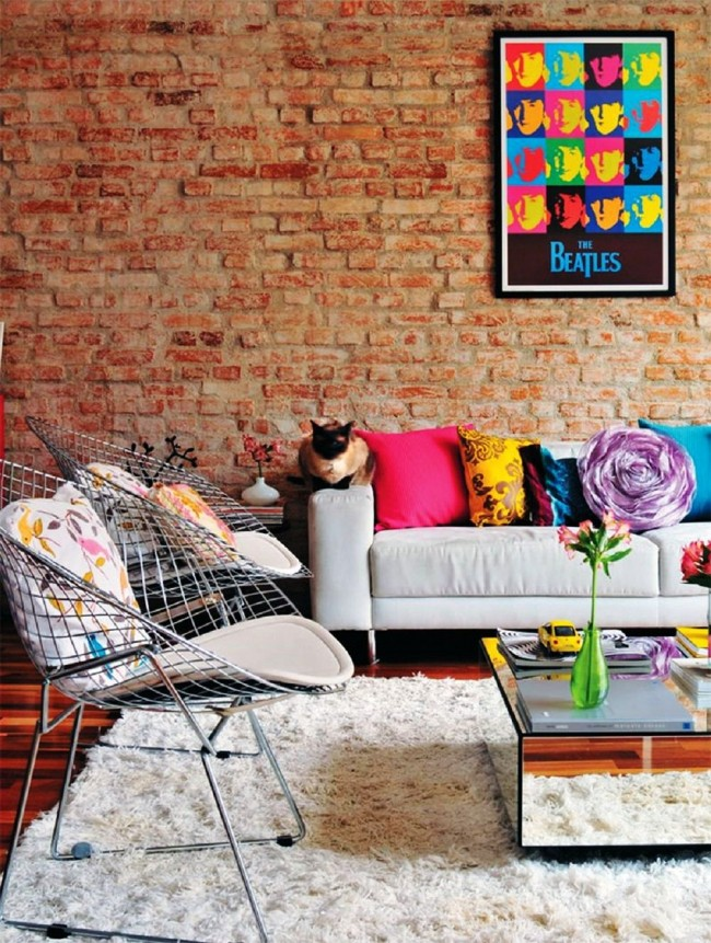 Правильно подобранные яркие цвета в интерьере гостиной