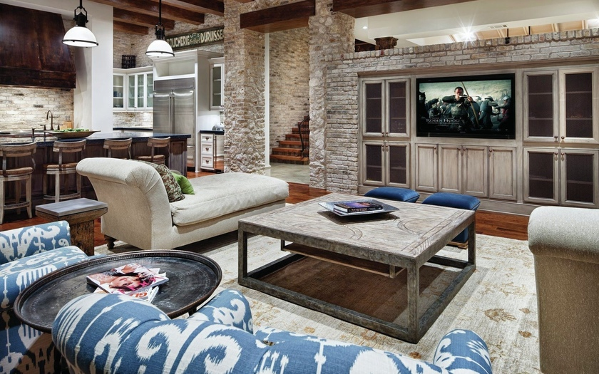 Журнальный стол и мебель прекрасно гармонируют с кирпичной стеной