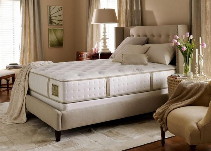 Высокая кровать бежевого цвета