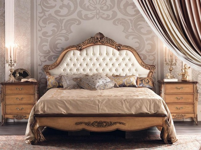 Кровать в классическом стиле в спальне