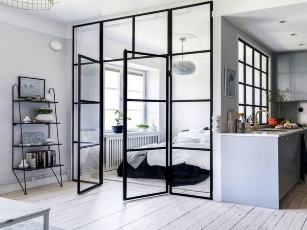 Окно между комнатами даст возможность дневному свету проникать на кухню