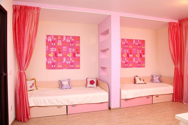 Раздельные кровати для двоих с ширмой вдоль длинной стены
