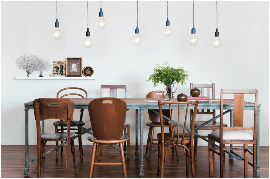 Разнокалиберные стулья объединены по принципу схожего материала