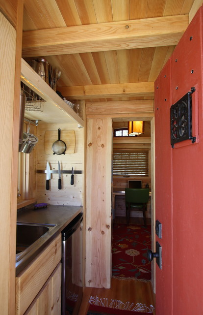 Деревянный потолок в кухне