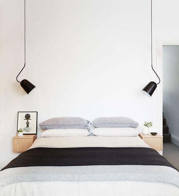 Кровать без изголовья украшают бра