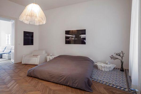 Кровать без изголовья на полу