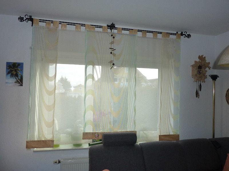 Воздушные шторы с атласными креплениями, на карнизе с изящным кованным наконечником подчеркивают изысканность интерьера