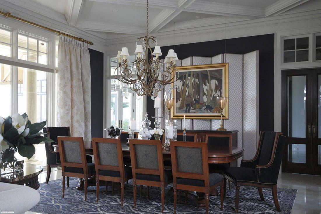 С металлическим карнизом эффектно сочетаются золотистый орнамент на шторах и аксессуары (рама, люстра, подсвечники)