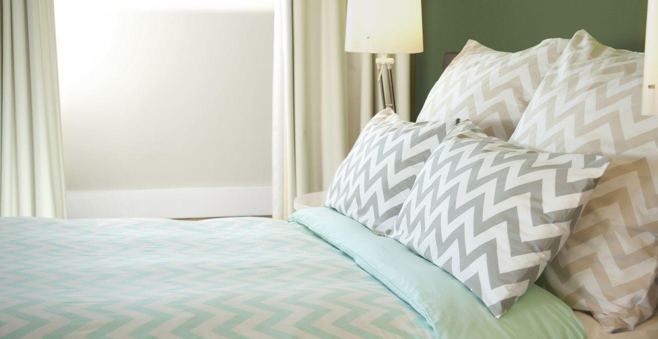 Мятно-белое покрывало в спальне