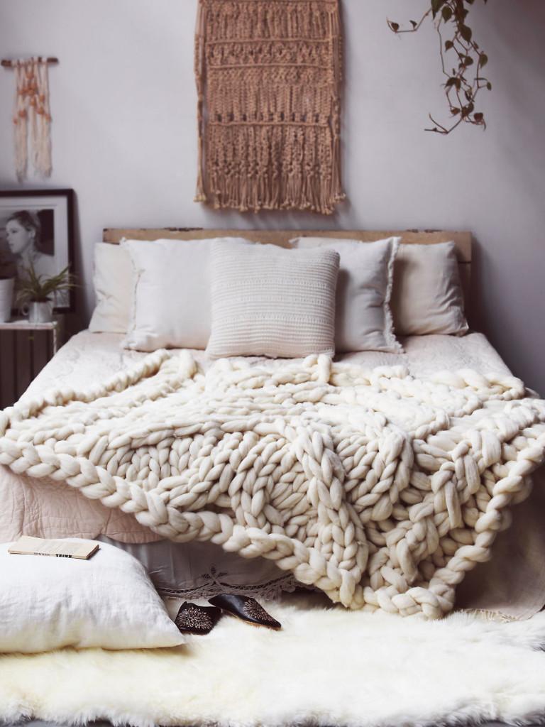 Покрывало крупной вязки в спальне
