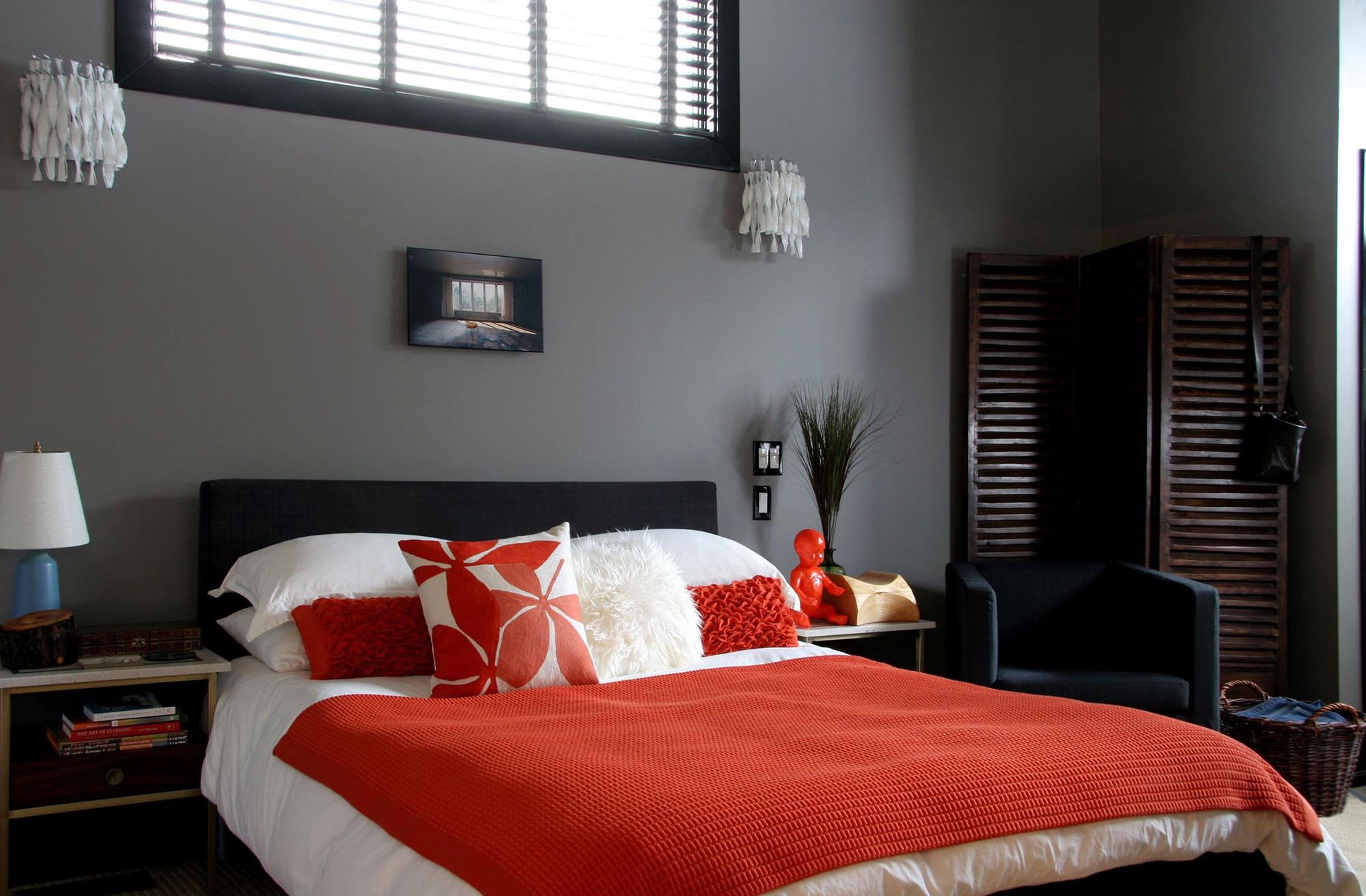 Красное вязаное покрывало в спальне