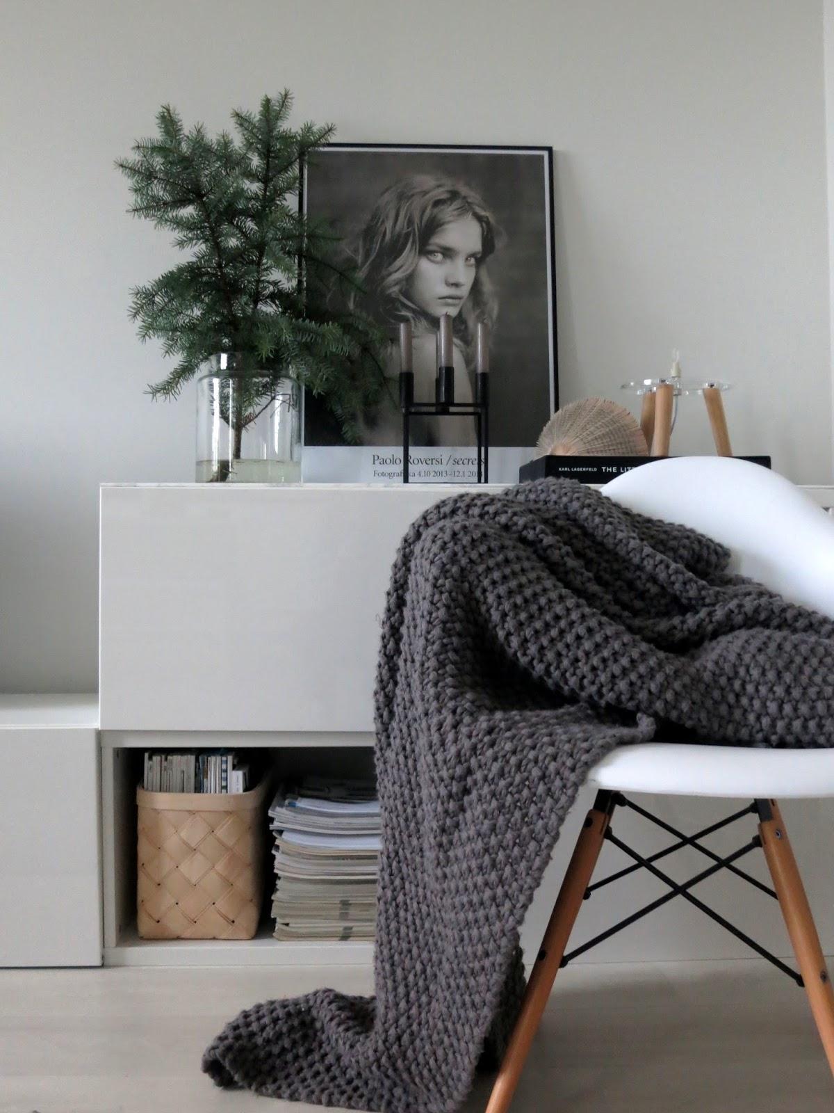 Темно-серое вязаное покрывало в спальне