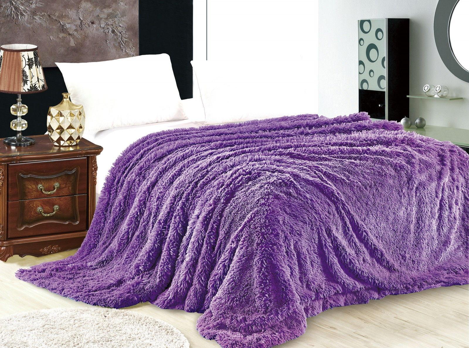 Яркое фиолетовое меховое покрывало в спальне