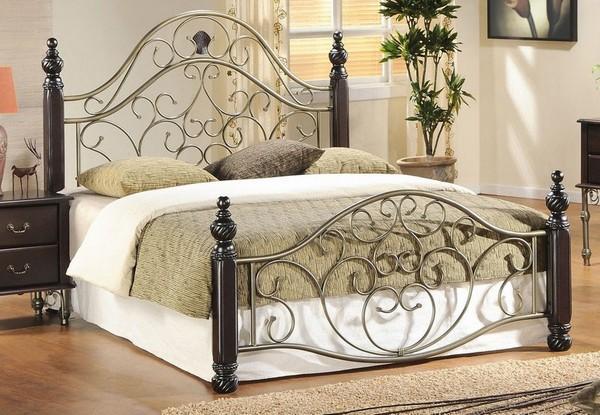 Кровать металлическая с деревянными элементами