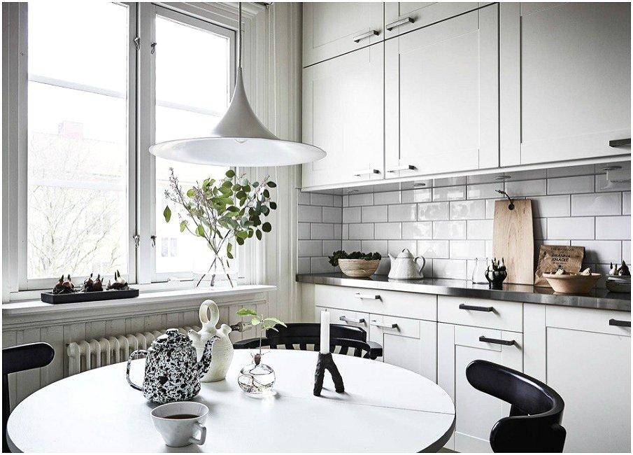 Спокойное оформление кухни с использованием белого цвета