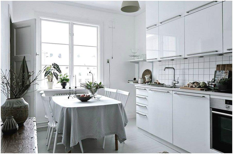 Симпатичная белая кухня с глянцевыми фасадами