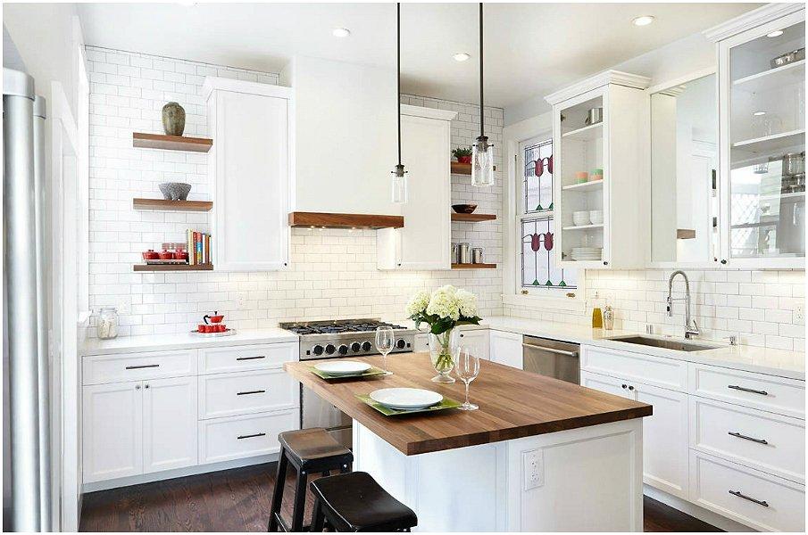 Уютная белая кухня с барной стойкой