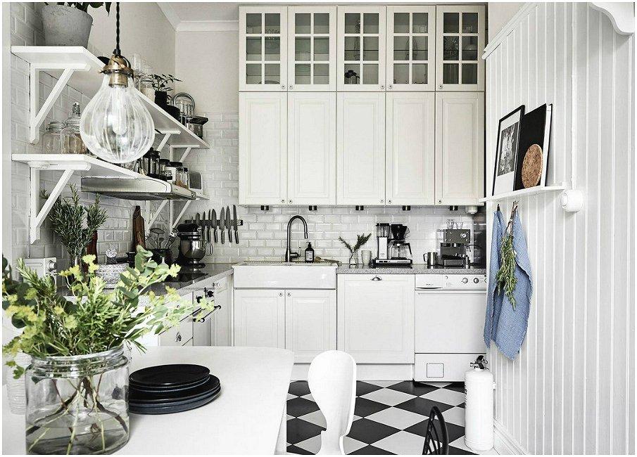 Популярная комбинация белой кухни и чёрно-белого пола