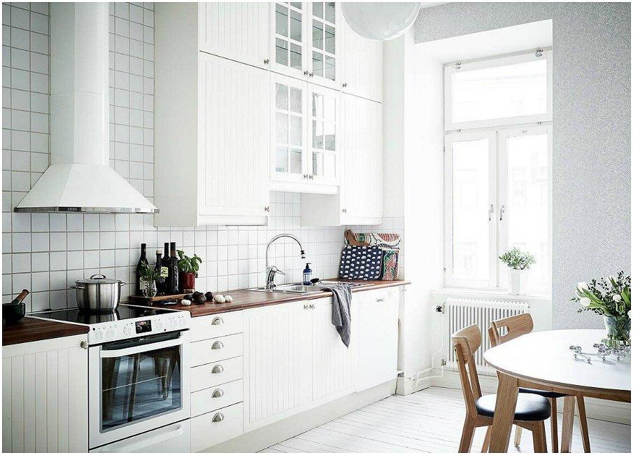 Белоснежная кухня с акцентами из натурального дерева