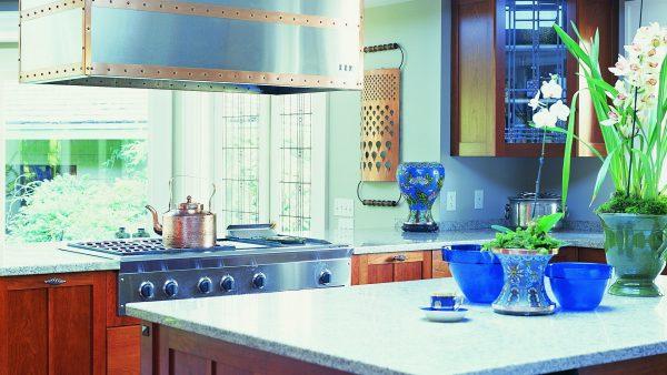 яркие синие тона для кухни