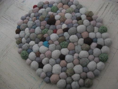 Серый коврик на пол из помпонов фото