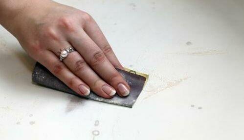 зачищаем поверхность стола наждачной шкуркой
