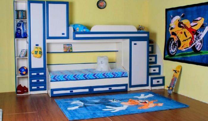Бело-синий фасад у кровати