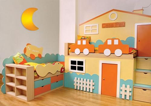 Кровать с деревянным бортиком