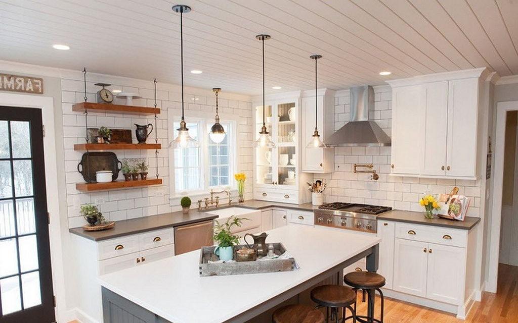 Белая кухня с реечным потолком