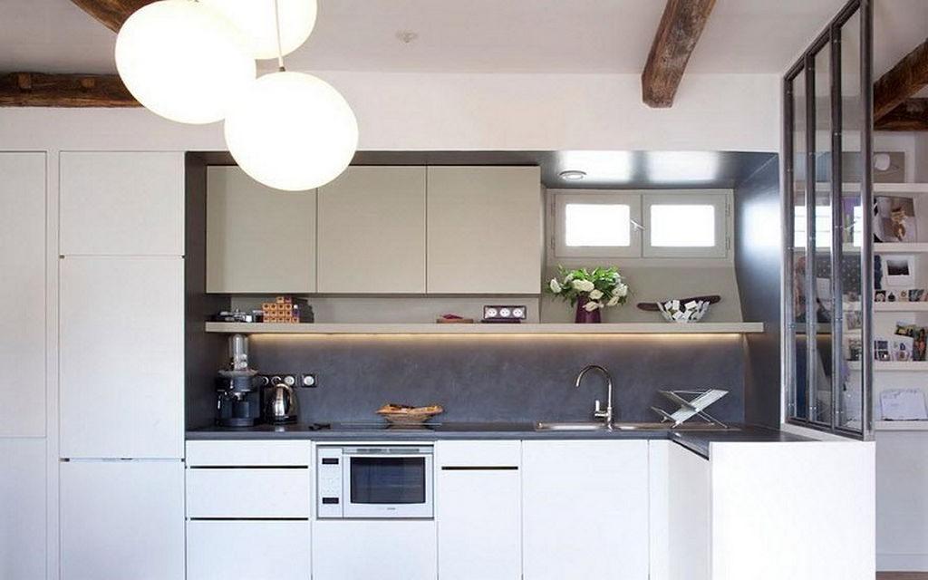 Кухонный гарнитур с белыми фасадами