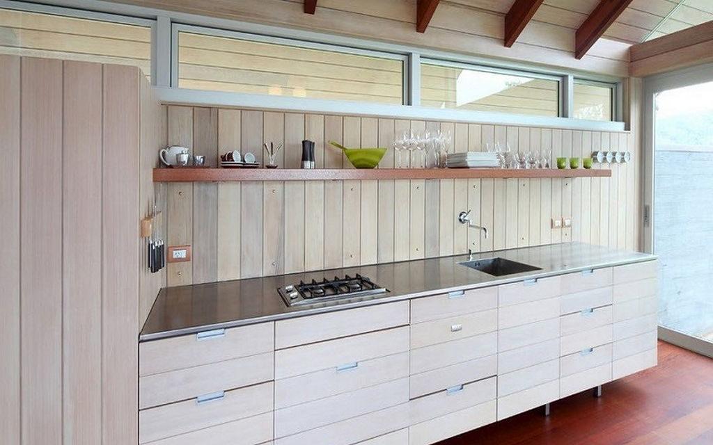 Линейная кухня в дачном домике