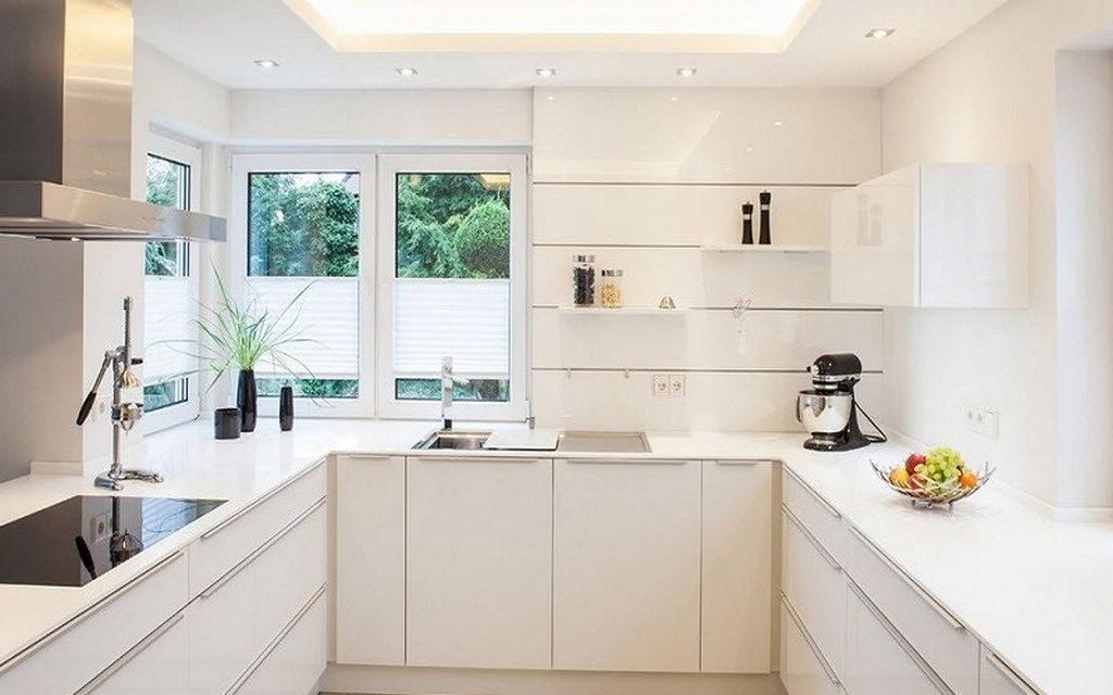 Белая кухня П-образной планировки