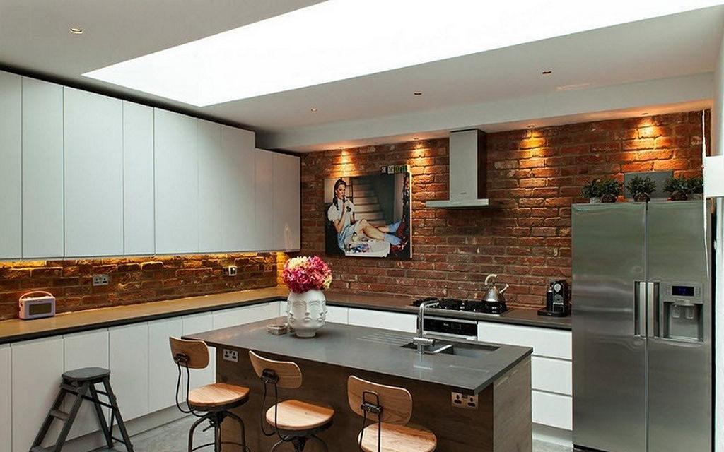 Белый гарнитур на кухне с элементами лофта