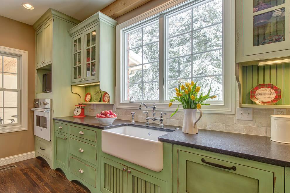 Линейный кухонный гарнитур в стиле кантри