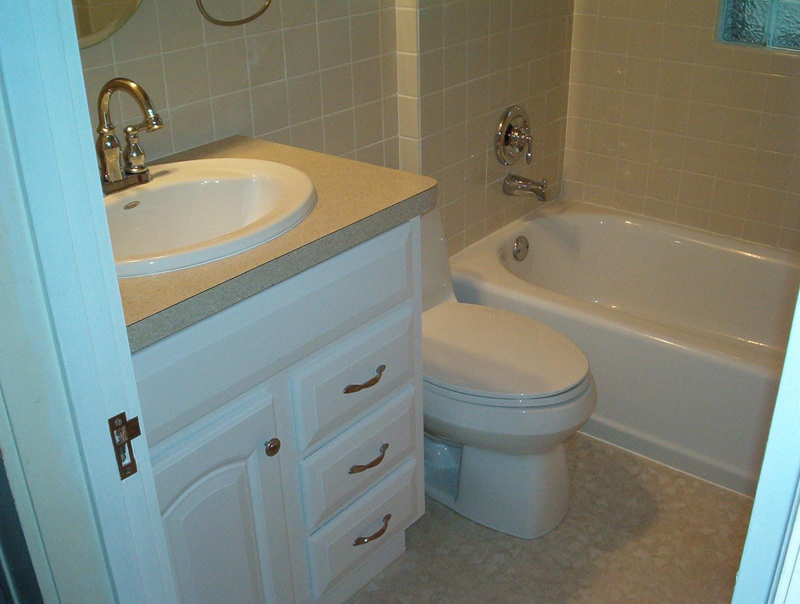 Фото дизайна для маленькой ванной комнаты в светлом варианте отделки