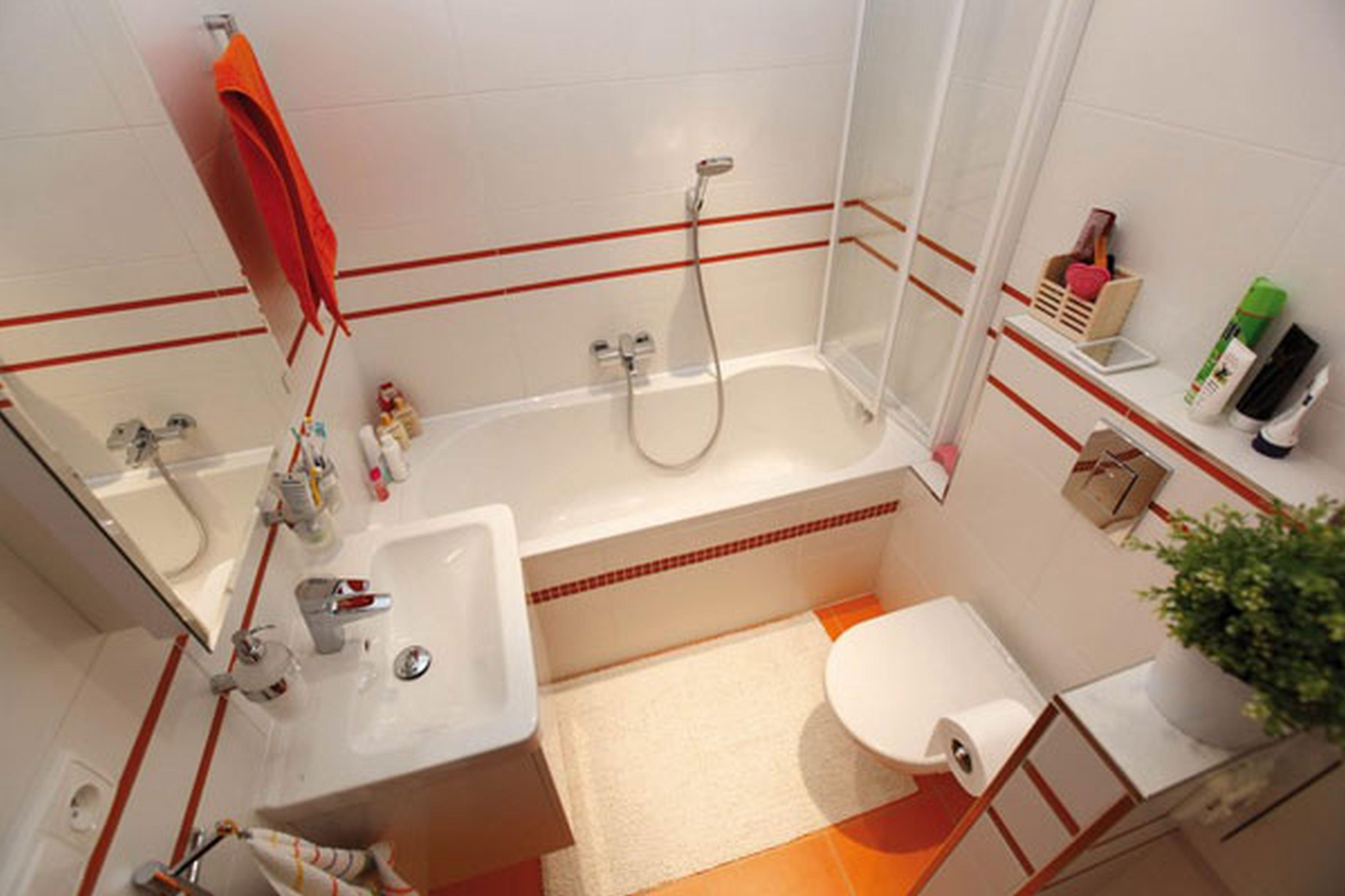 Фото дизайна маленькой ванной комнаты с декором в красном стильной цвете