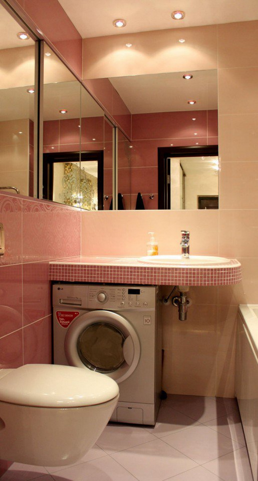 Фото дизайна освещения и декора зеркалами для маленькой ванной комнаты