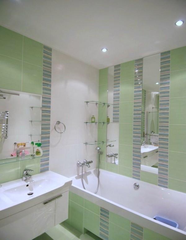 Дизайн для маленькой ванной комнаты с мозаичной отделкой в зеленом цвете