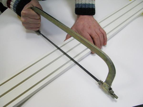 Отрезаем карниз с помощью ножовки по металлу