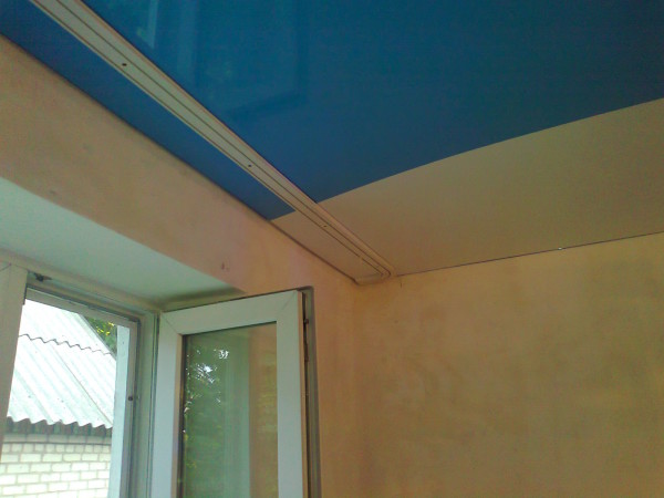 Процесс монтажа потолочного карниза завершен