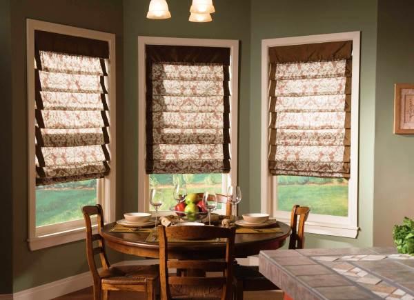 Простое украшение зоны окна на кухне: римские шторы и их разновидности