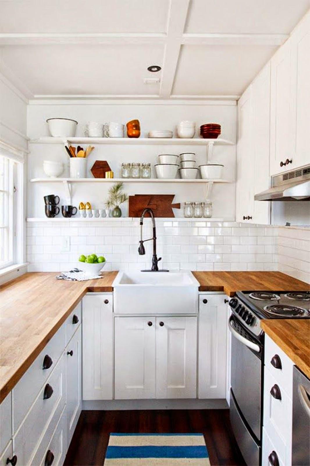 Открытые стеллажи над раковиной в интерьере маленькой кухни